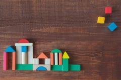 Kleurrijke stapel houten kubusbouwstenen royalty-vrije stock afbeelding