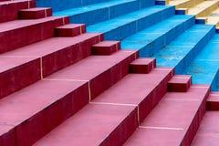 Kleurrijke stappen van een speelplaats stock foto's