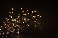 Kleurrijke sterren van vuurwerk in de nachthemel royalty-vrije stock afbeeldingen