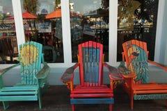 Kleurrijke stoelen bij opslagvoorzijde in vakantietoevlucht stock afbeelding