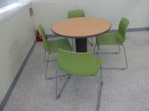 Kleurrijke stoelen met tribune alleen houten lijst stock fotografie
