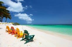 Kleurrijke stoelen op Caraïbisch strand Royalty-vrije Stock Afbeelding
