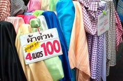 Kleurrijke stof op verkoop bij Sampeng-Steegmarkt, Bangkok Royalty-vrije Stock Afbeelding