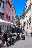Kleurrijke Straat in Alfama Druk met het Leven stock fotografie