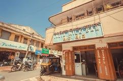 Kleurrijke straat met Indische Melkbar voor zich het verfrissen en het dinning Royalty-vrije Stock Foto
