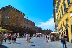 Kleurrijke straat in midden van Florence, Italië, met Palazzo Pitti royalty-vrije stock foto