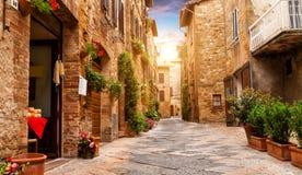 Kleurrijke straat in Pienza, Toscanië, Italië Stock Foto's
