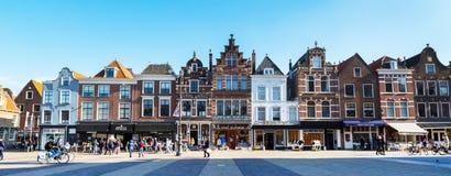 Kleurrijke straatmening met huizen en mensen in Delft, Holland Stock Foto