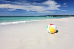 Kleurrijke strandbal op de kust door de oceaan Royalty-vrije Stock Fotografie