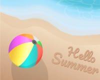 Kleurrijke strandbal op het strand Hello-de Zomer op het zand met de blauwe toon van golf Illustratie Vector Grafisch Ontwerp Stock Foto