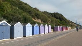 Kleurrijke Strandhutten langs de voorzijde van Bournemouth royalty-vrije stock afbeelding