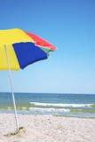 Kleurrijke strandparaplu Stock Fotografie