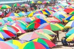 Kleurrijke strandparaplu's Royalty-vrije Stock Afbeelding