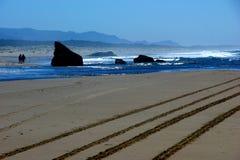 Kleurrijke strandscène met sporen in het zand Royalty-vrije Stock Afbeelding