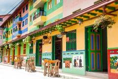 Kleurrijke straten van Guatape-stad in Colombia Stock Fotografie