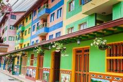Kleurrijke straten van Guatape-stad in Colombia Stock Afbeelding