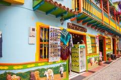 Kleurrijke straten van Guatape-stad in Colombia Stock Foto's