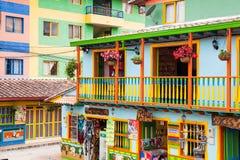 Kleurrijke straten van Guatape-stad in Colombia Stock Foto