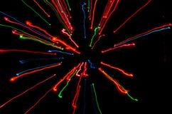Kleurrijke stroken die van licht tot centrum leiden stock foto