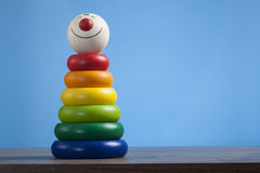 Kleurrijke stuk speelgoed piramide met het gezicht van de clown stock fotografie