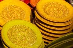 Kleurrijke stukken van aardewerk Stock Foto's