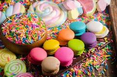 Kleurrijke suikergoed en Chocolet, Macaron op houten lijst Royalty-vrije Stock Foto
