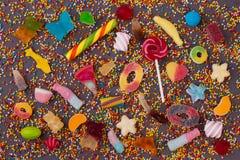Kleurrijke suikergoed en lollys over steenachtergrond royalty-vrije stock afbeeldingen