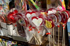 Kleurrijke suikergoed en snoepjes op verkoop royalty-vrije stock foto