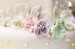 Kleurrijke suikergoedrozen op een cake royalty-vrije stock afbeelding