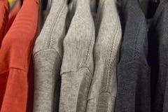 Kleurrijke t-shirts op een het winkelen rek royalty-vrije stock foto's