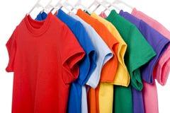 Kleurrijke T-shirts op Wit Stock Afbeeldingen