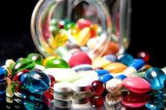 Kleurrijke tabletten met capsules Royalty-vrije Stock Foto's