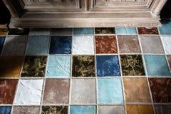 Kleurrijke tegel plunch op de vloer royalty-vrije stock afbeelding