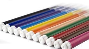 Kleurrijke tellers (viltpennen) over wit stock afbeeldingen