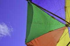 Kleurrijke tent en blauwe hemel royalty-vrije stock fotografie