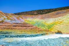 Kleurrijke terrassen van geologische mijn in Milos-eiland royalty-vrije stock fotografie