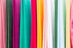 Kleurrijke textiel bij Aziatische straatmarkt Royalty-vrije Stock Foto