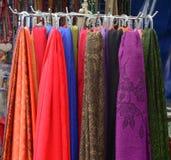 Kleurrijke textiel bij Aziatische straatmarkt Stock Fotografie