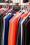 Kleurrijke textiel op straatverkoop Stock Foto's