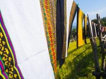 Kleurrijke Thaise sarongs die in de wind, op het padieveld fladderen Royalty-vrije Stock Afbeeldingen