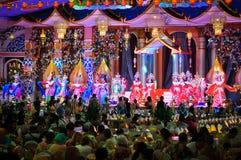 Kleurrijke theatrale prestaties van meisjes in mooie kostuums in Thailand, Pattaya stock afbeeldingen