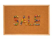 Kleurrijke thumtacks op het prikbord van bureau royalty-vrije stock afbeeldingen