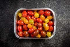 Kleurrijke tomaten in kleinhandelsdienblad stock foto's