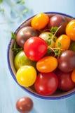 Kleurrijke tomaten in kom Royalty-vrije Stock Foto's