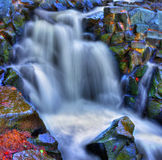 Kleurrijke toneelwaterval in HDR stock afbeeldingen