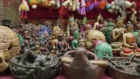 Kleurrijke traditie houten ambachten op verkoop bij winkel in Katmandu, Nepal stock video