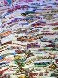 Kleurrijke traditionele Ethiopische textiel bij een markt in Addis Aba Stock Foto's