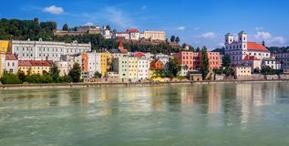 Kleurrijke traditionele huizen op Herbergenrivier in historische oude stad Passau, Duitsland royalty-vrije stock afbeelding