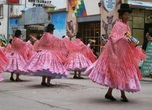 Kleurrijke traditionele Kleding en aardige Hoeden stock fotografie