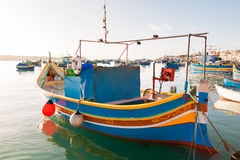 Kleurrijke traditionele mediterrane boten, Marsaxlokk, Malta Stock Foto's
